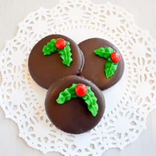 Mock Thins Mints made with Ritz crackers. Only 5 ingredients for the chocolate peppermint Christmas wreath cookies! | Kitchen Gidget